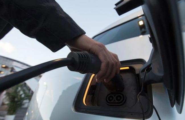 بريطانيا ستحظر سيارات البنزين والهجين عام 2035